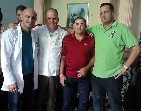 De izquierda a derecha: Leandro  Castellanos Vivanco junto a otros médicos de Ciego.