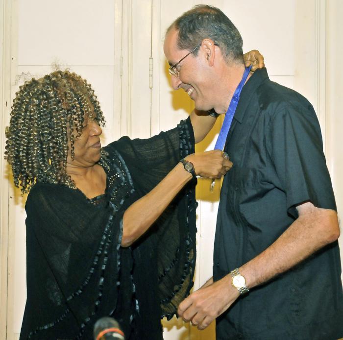 Jorge Fornet recibió la distinción de manos de la poeta Nancy Morejón. Foto: Jose M. Correa